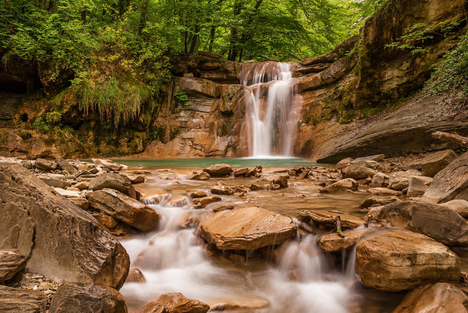 Водопады реки Жане среди камней