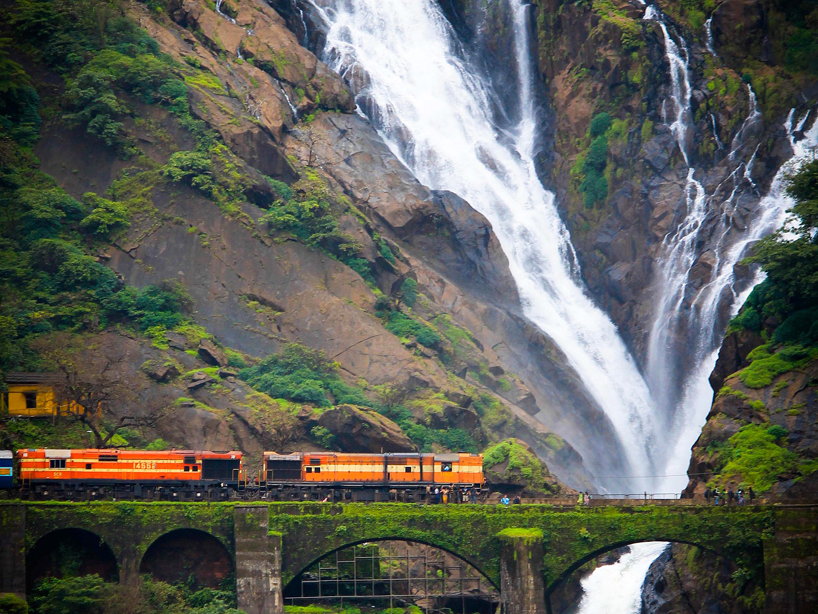 Водопад Дудхсагар поезд