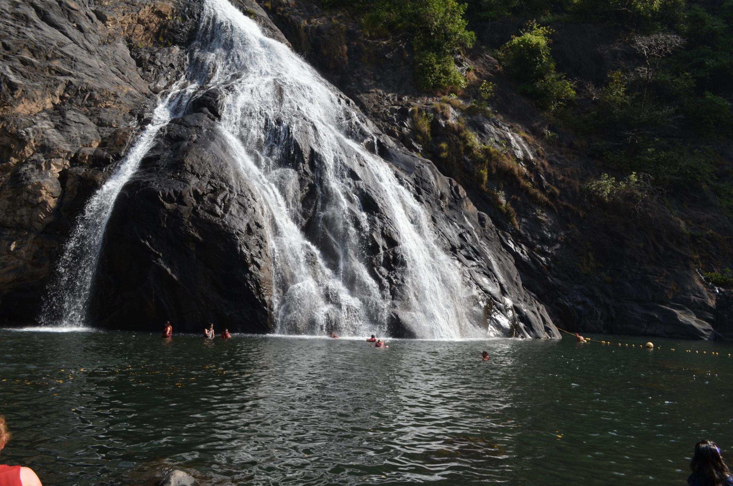 Водопад Дудхсагар купание