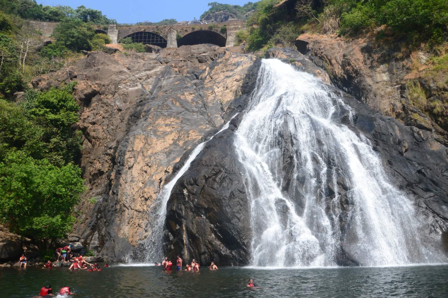 Водопад Дудхсагар туристы