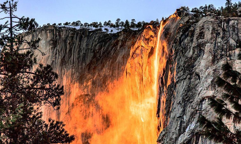 Огненный водопад в Калифорнии горит