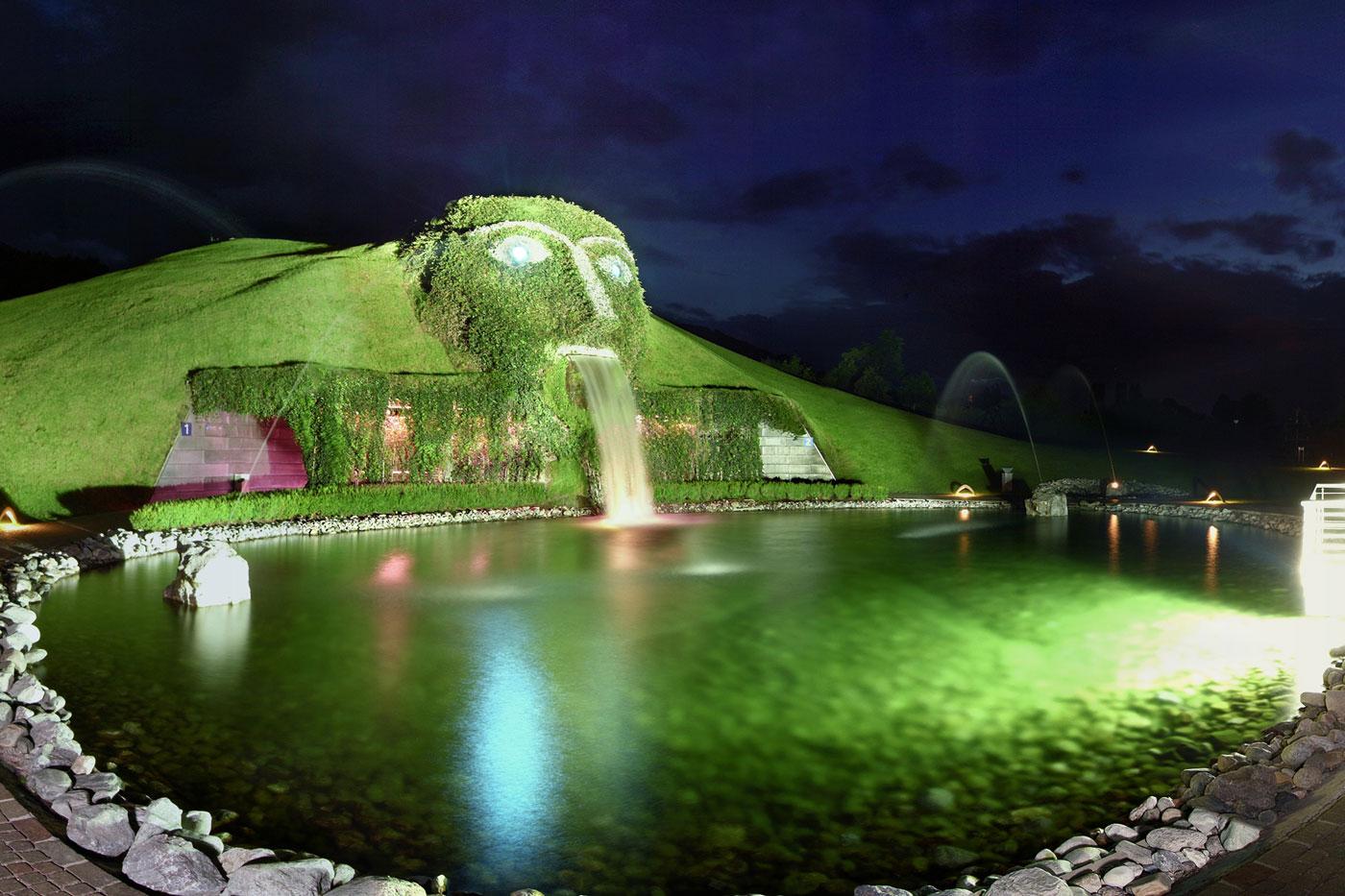 Водопад музей кристаллов Сваровски