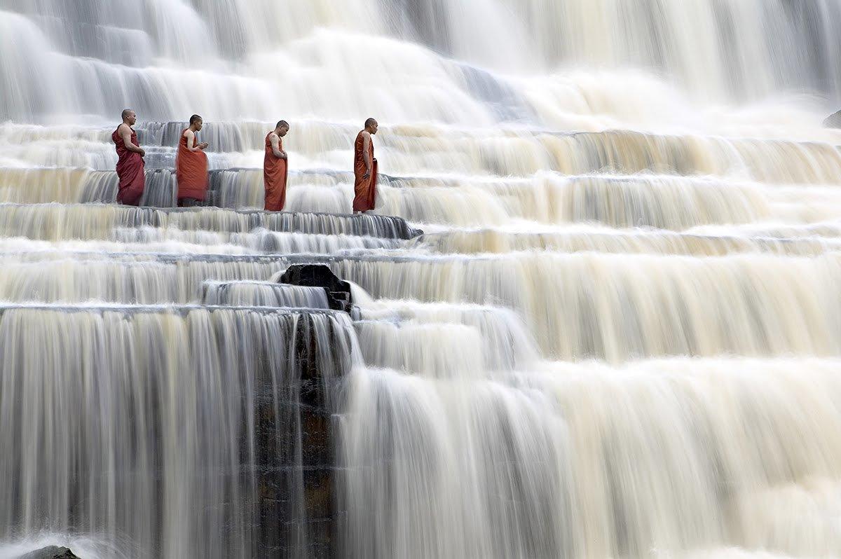 Буддисты на водопаде