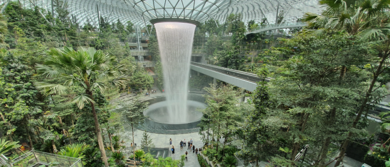Водопад в аэропорту Сингапура Jewel Changi Airport